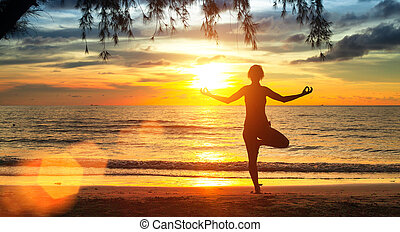 mujer hermosa, yoga, joven, silhouette., ejercicios, durante, playa, sunset.