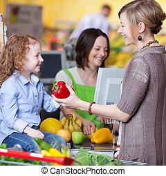 mujer, hija, dar, pimiento, cajero, joven, plano de fondo, sonriente, mercado estupendo, feliz