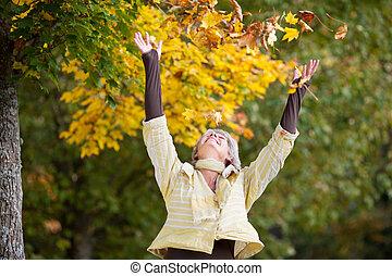 mujer, hojas, otoño, 3º edad, caer, feliz