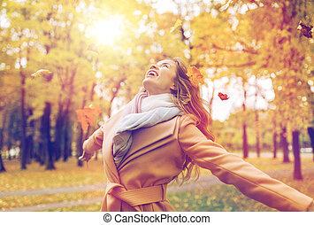mujer, hojas, parque, otoño, diversión, teniendo, feliz