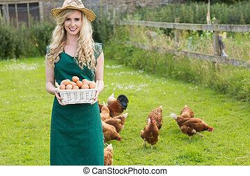 mujer, huevos, joven, cesta, actuación, llenado