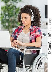 mujer incapacitada, en, sílla de ruedas, con, computador portatil