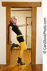 mujer, inclinar, un, puerta, jamb