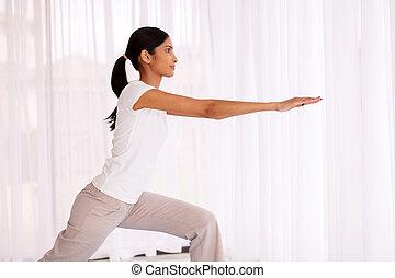 mujer, indio, practicar, yoga, exericise