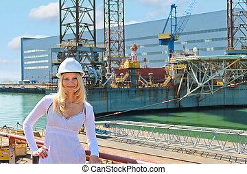 mujer, ingeniero, constructor naval, en, el, shipyard.