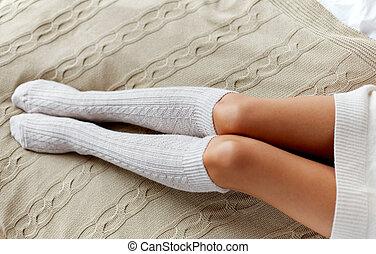 mujer, invierno, arriba, cama, calcetines, cierre, rodilla, ...