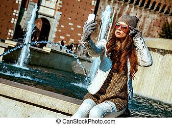 mujer, italia, toma, viajero, milan, smartphone, selfie