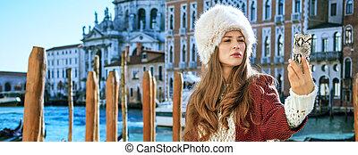 mujer, italia, venecia, toma, viajero, teléfono, selfie