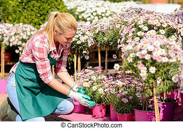 mujer, jardín, flores potted, arrodillar, centro