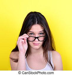 mujer, joven, amarillo, estricto, contra, plano de fondo, ...