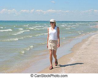mujer joven, ambulante, en la playa