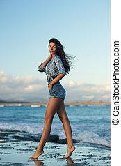 mujer joven, ambulante, en, playa