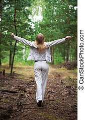 mujer joven, ambulante, en, un, bosque