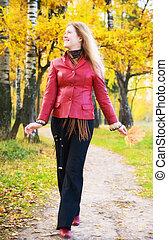 mujer joven, ambulante, en, un, parque