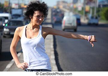 mujer joven, autostop, en, carretera