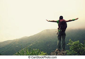 mujer, joven, brazos, excursionista, aplausos, Al aire libre, abierto