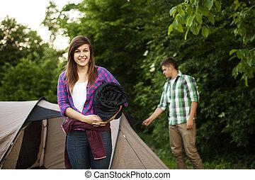 mujer joven, con, bolsa durmiente