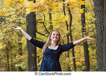 mujer joven, con, caer, otoño sale