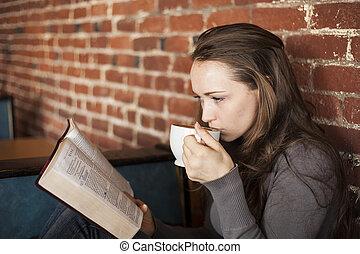 mujer joven, con, café blanco, taza, lee, ella, biblia