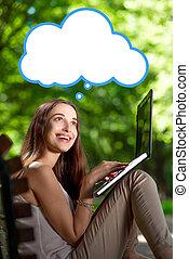 mujer joven, con, computador portatil, en el parque