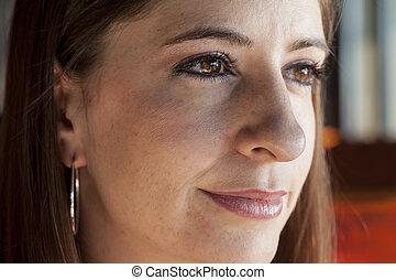 mujer joven, con, hermoso, ojos marrones