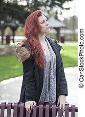 mujer joven, con, hermoso, pelo castaño