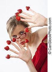 mujer joven, con, rojo, fresas, escogido, yemas del dedo