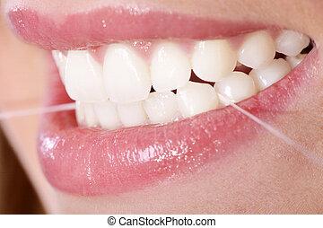 mujer joven, con, seda dental