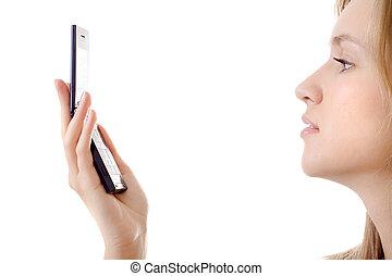 mujer joven, con, teléfono móvil, aislado