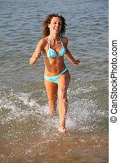mujer joven, corre, en, agua
