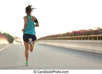 mujer joven, corredor, corriente, en, ciudad, puente, camino