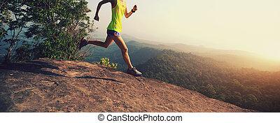 mujer joven, corriente, en, pico de la montaña