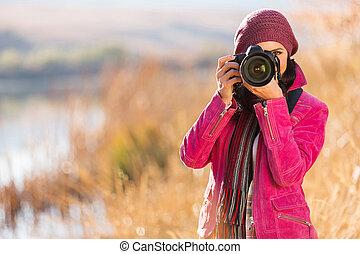 mujer joven, el fotografiar, en, otoño