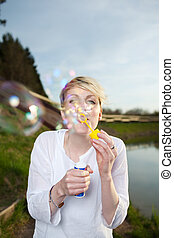 mujer, joven, elaboración, burbujas, jabón, feliz