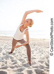 mujer joven, elaboración, yoga, ejercicios, aire libre