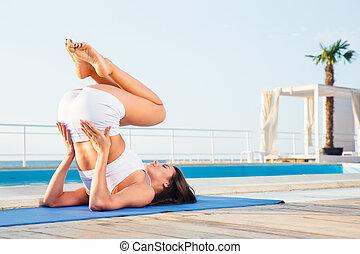 mujer joven, elaboración, yoga, ejercicios