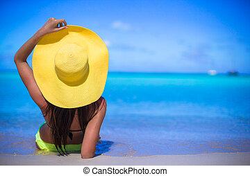 mujer joven, en, amarillo, sombrero, durante, vacaciones...