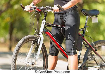mujer joven, en, bicicleta