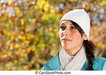 mujer joven, en, bosque de otoño