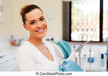 mujer joven, en, dental, clínica