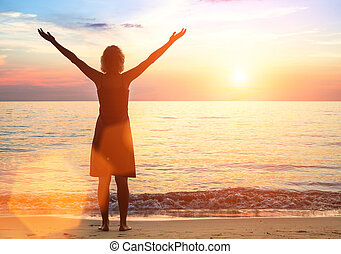 mujer joven, en, el, mar, playa, encuentra, un, hermoso, sunset.