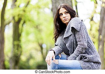 mujer joven, en el parque