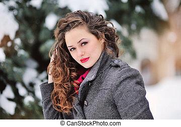 mujer joven, en, invierno, parque