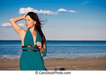 mujer joven, en la playa