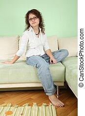 mujer joven, en, lentes, en, sofá