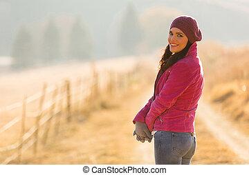 mujer joven, en, otoño, mañana