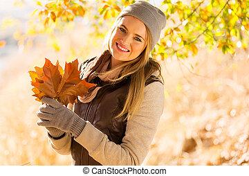 mujer joven, en, otoño, parque