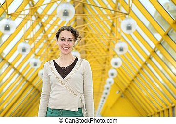 mujer joven, en, pedestrain, puente