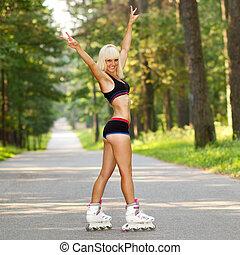 mujer joven, en, rodillo, skates., flaco, rubio, niña, aprender, a, patín de ruedas