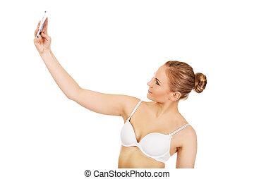 mujer joven, en, ropa interior, marcas, foto, de, ella misma